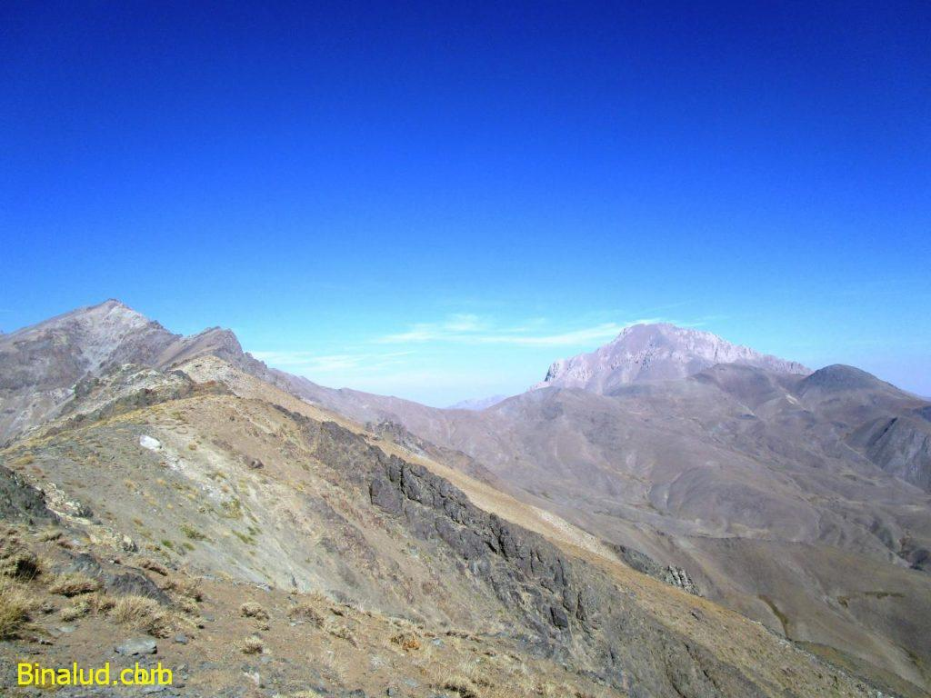 قله آزادکوه سمت راست و قله یخچال سمت چپ تصویر